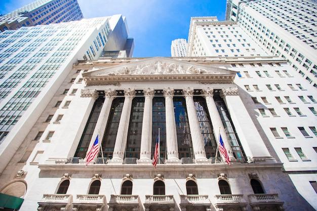 Bourse de new york dans le quartier des finances de manhattan. vue du bâtiment dans le ciel