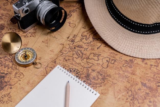 Boussole et accessoires sur la carte pour la planification de voyage