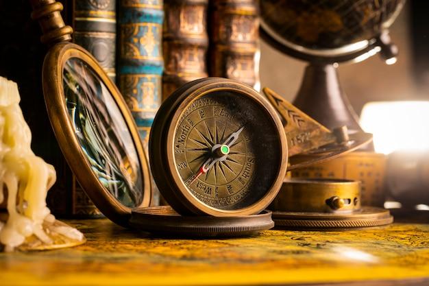 Boussole antique sur le fond du globe et des livres. style vintage. 1565 ancienne carte de l'année.
