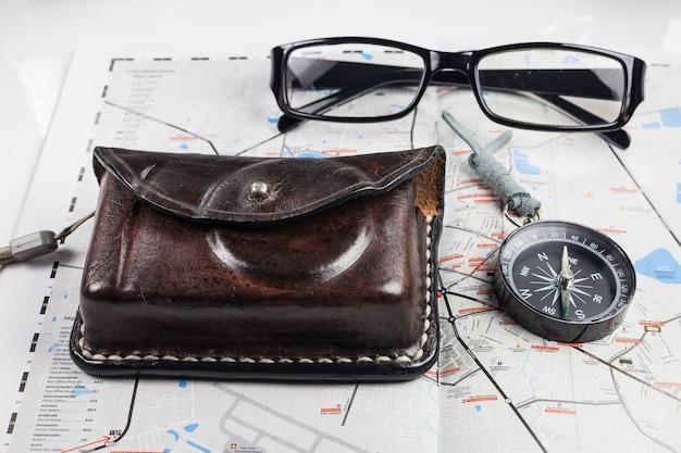 Boussole, appareil photo, lunettes sur la carte pour les touristes