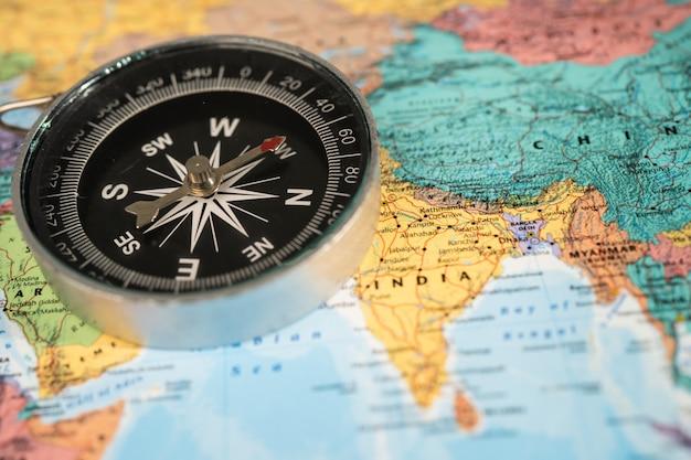 Boussole sur la carte du monde globe asie