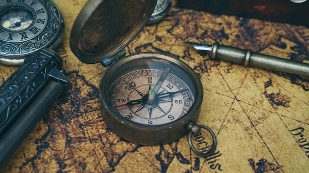 Boussole sur la carte du vieux monde