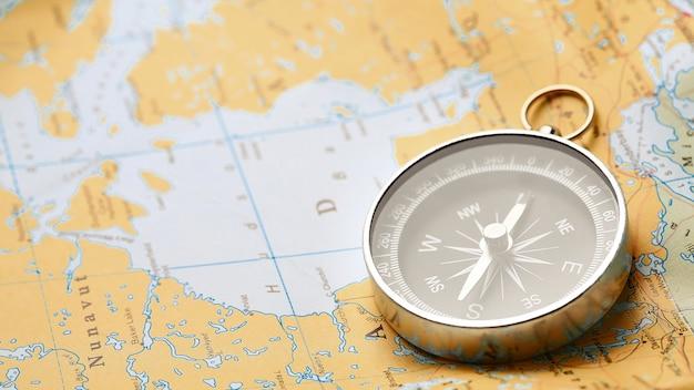 Boussole sur la carte touristique