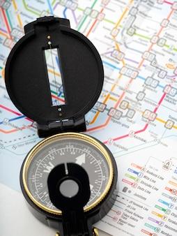 Boussole sur une carte voyager au japon