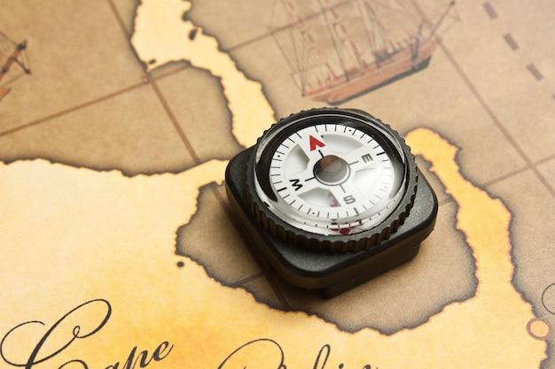 Boussole sur une carte