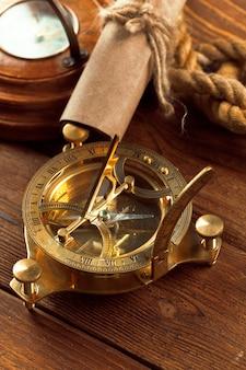 Boussole et corde sur une table en bois. fermer