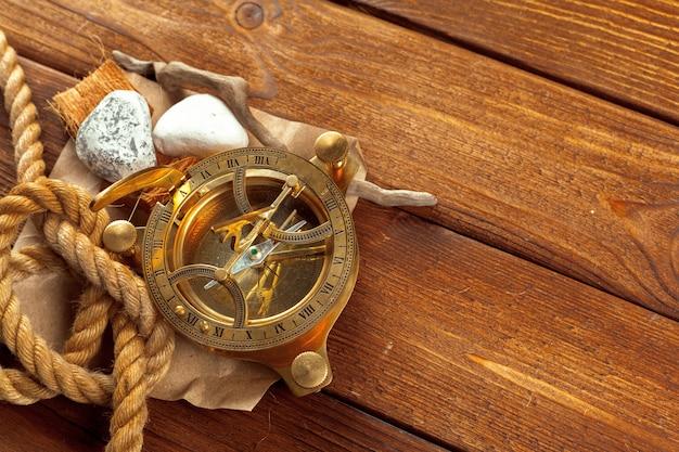 Boussole et corde sur table en bois. fermer