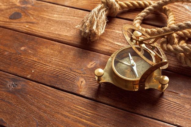 Boussole et corde sur la table en bois, gros plan