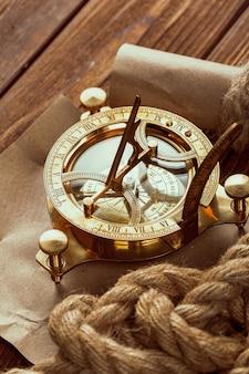 Boussole et corde sur une table en bois