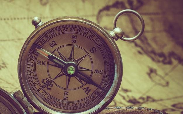 Boussole avec couvercle sur la carte du vieux monde