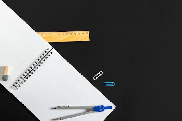 Boussole d'ingénierie avec du papier blanc