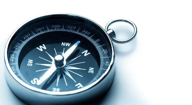 Boussole magnétique classique, boussole de navigation en métal sur fond blanc.