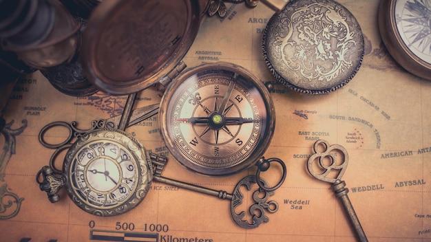 Boussole nautique antique sur la carte