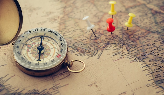 La boussole d'or est placée sur la carte du monde.