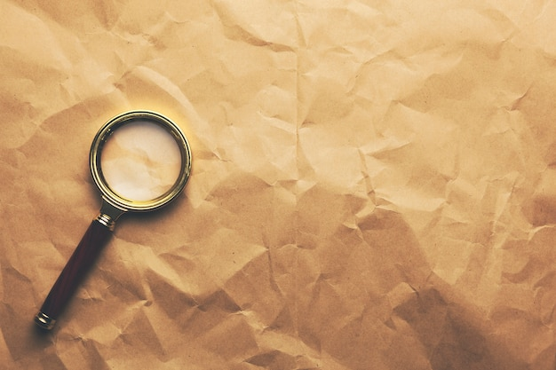 Boussole sur papier brun