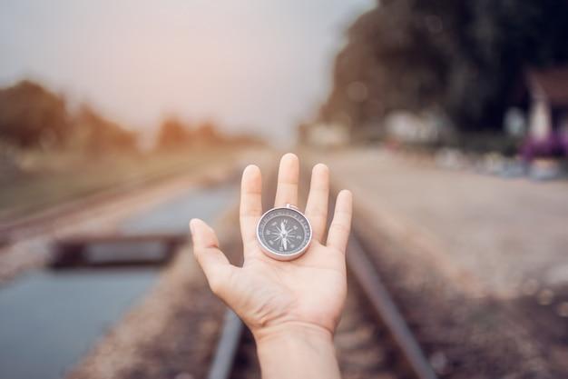 Boussole à portée de main au train avec ton vintage. le sujet est flou.