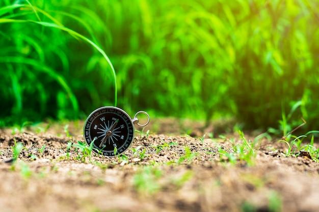 Boussole sur le sol dans la forêt.