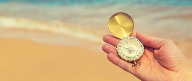 Boussole à la surface de la mer et de la plage