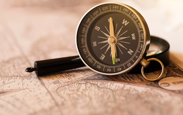 Boussole sur une vieille carte du monde