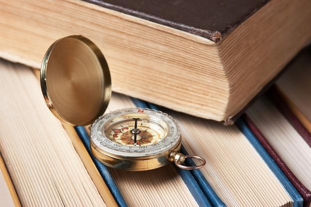 Boussole et les vieux livres