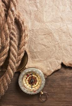 Boussole, vieux papier et corde, nature morte