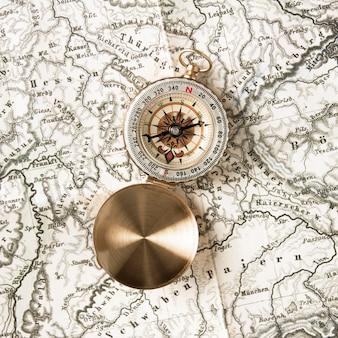 Boussole vue de dessus sur le dessus de la carte du monde