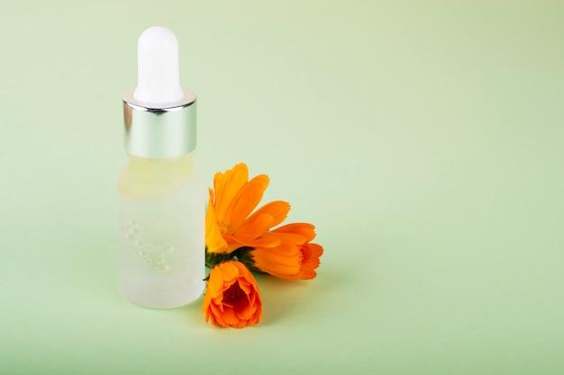 Bouteille d'acide hyaluronique et de fleurs d'oranger. beauté, cosmétiques de soins du visage pour les soins personnels.