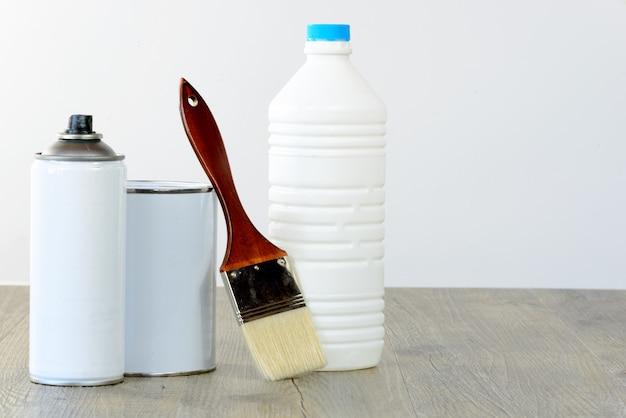 Bouteille, aérosol, pot de peinture et pinceau