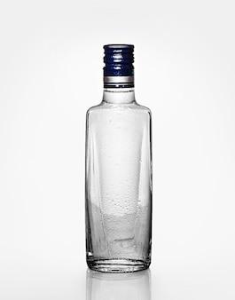 Bouteille d'alcool vide isolé