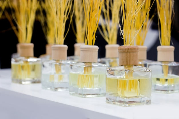 Bouteille aromatique pour faire bonne humeur sur table