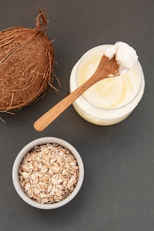 Bouteille de beurre de noix de coco fraîche, pour soins de beauté ou aliments végétaliens sains.