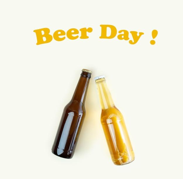 Une bouteille de bière artisanale sur fond beige. journée internationale de la bière ou concepts d'octoberfest. journée de la bière textuelle. se reposer et boire de la bière après une dure journée de travail à la maison. couleurs minimalistes sur une photo