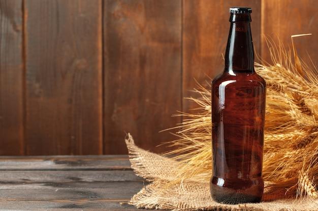 Bouteille de bière sur bois