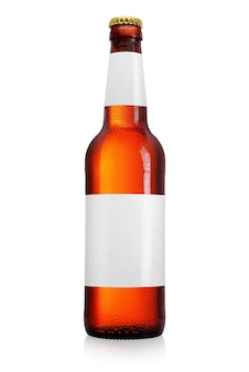 Bouteille de bière brune avec un long cou isolé. étiquette propre, gouttes d'eau.