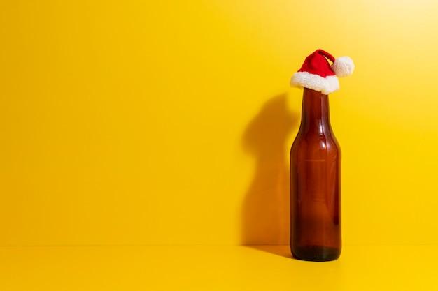 Bouteille de bière avec chapeau de noël dépeint les vacances