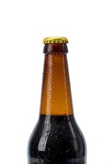 Bouteille de bière sur fond blanc