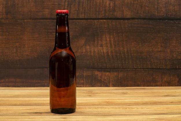Bouteille de bière avec fond en bois