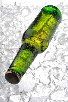 Bouteille de bière sur glace