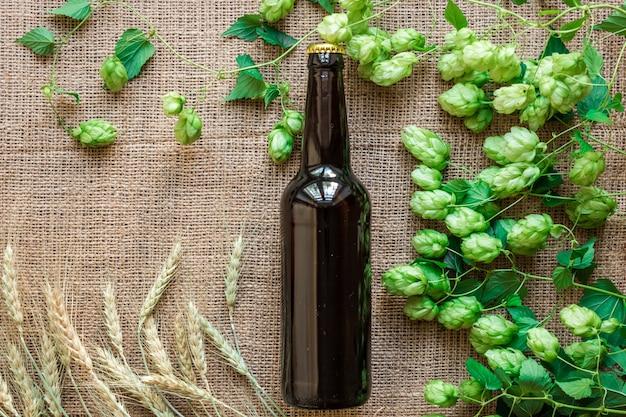 Bouteille de bière avec des ingrédients de brassage