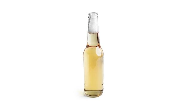 Bouteille de bière légère isolée sur blanc.