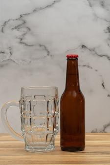 Bouteille de bière en or avec verre pour bière