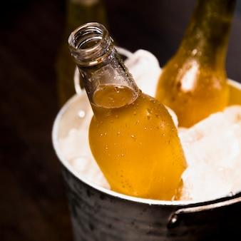 Bouteille de bière sur seau