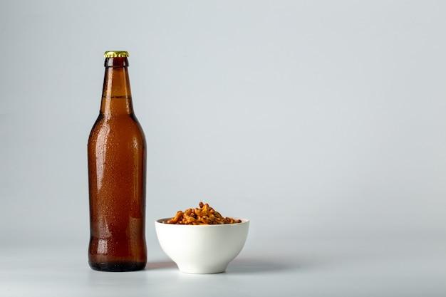 Bouteille de bière et snack