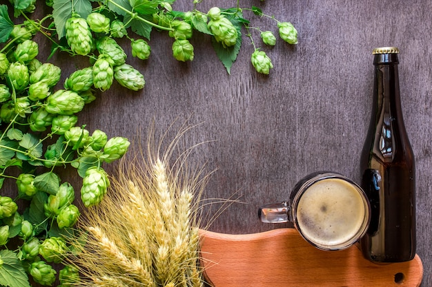 Bouteille et bière en verre avec des ingrédients de brassage