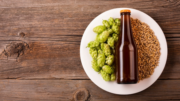 Bouteille de bière vue de dessus avec des ingrédients