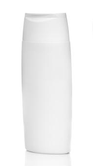 Bouteille blanche de cosmétiques ou de produits chimiques ménagers isolé sur fond blanc