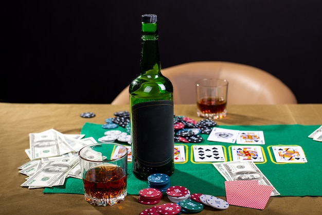 Bouteille de boisson alcoolisée sur un espace noir