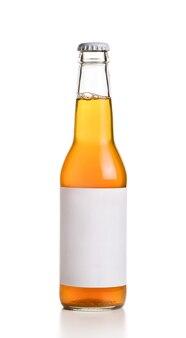 Bouteille avec boisson jaune et étiquette vide sur blanc