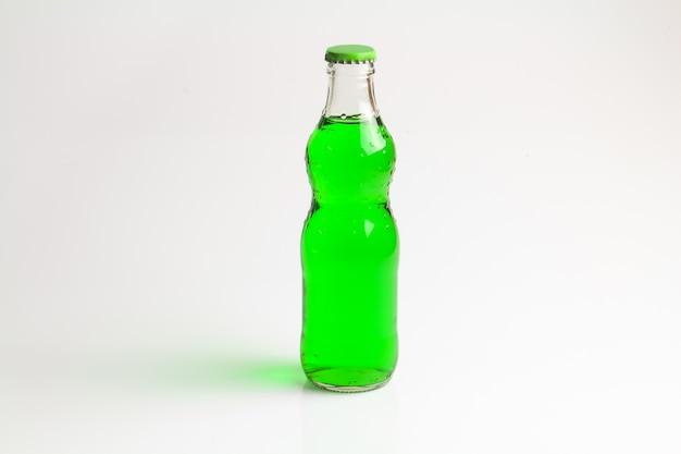 Bouteille boisson verte isoler fond.