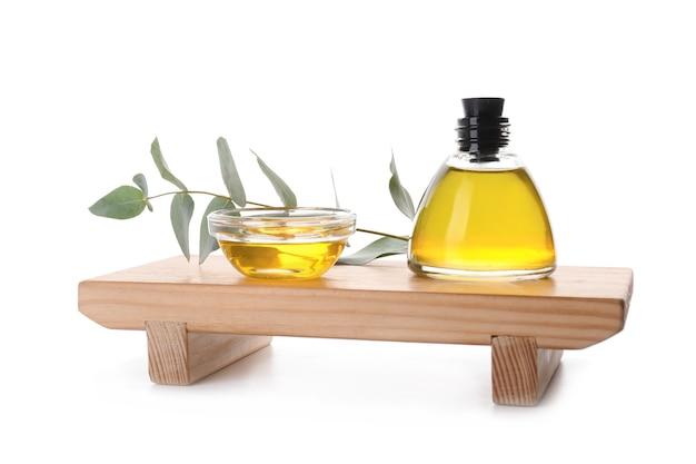 Bouteille et bol d'huile essentielle d'eucalyptus